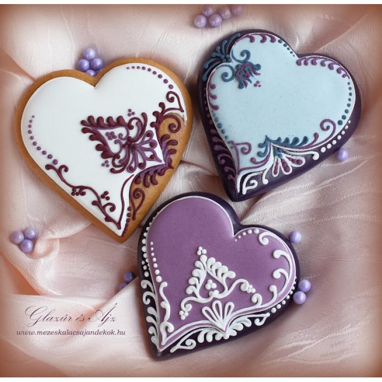 Élénk színű esküvői köszönetajándék szívek magyaros virágmotívumokkal