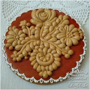 Vörös-natúr színű mézeskalács kör alakú plakett mézeskerámia díszítéssel