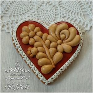 Mézeskerámiával díszített mézeskalács szív