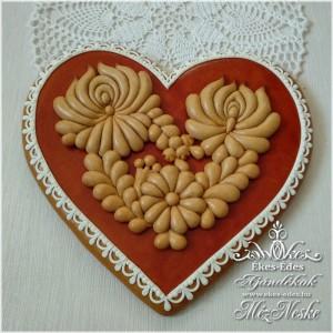 Mézeskerámiával díszített nagy mézeskalács szív